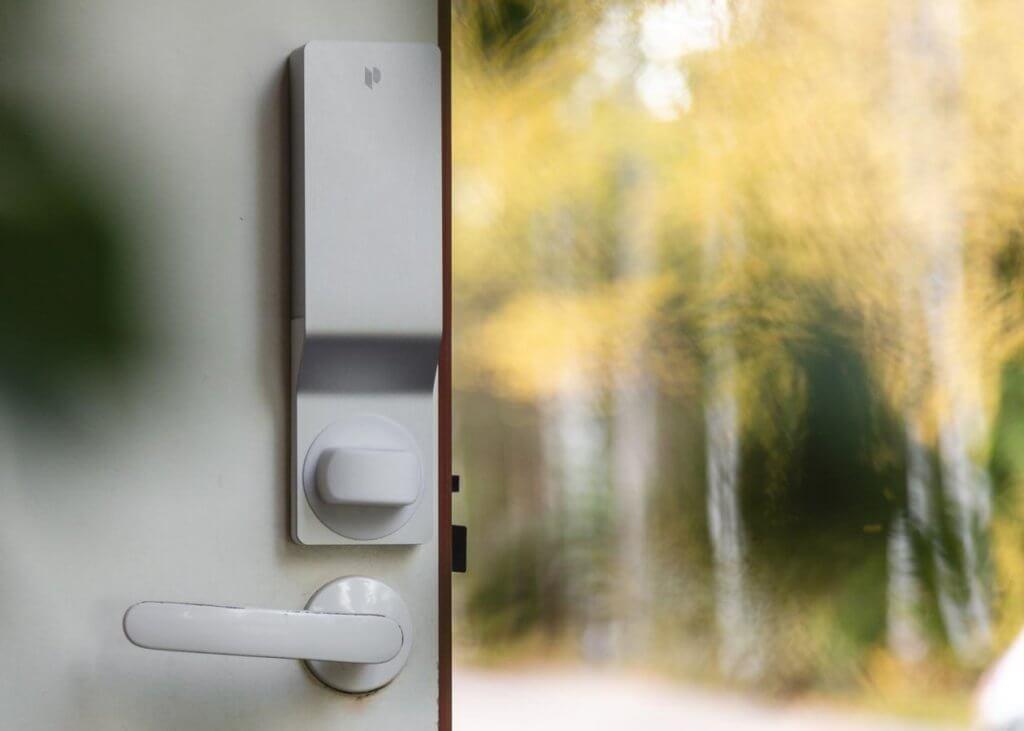 Pindora -sähkölukko omakotitalon ovessa.